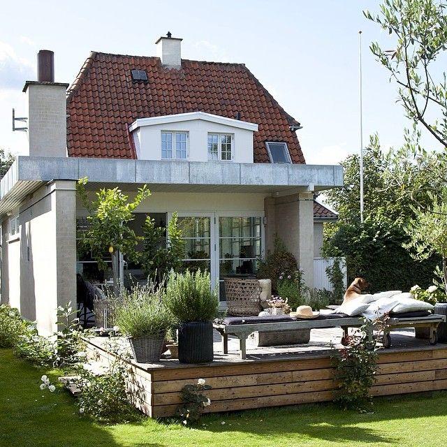 Fin stilmiks mellom eldre hus og moderne påbygg og terrasse, synes vi. Flere bilder og tekst av Niels og Iben Ahlberg kommer snart i Bonytt. #bonytt #home #terrasse #stilmiks #påbygg #tilbygg #sommer #sommerlig #nordicstyle #nordiskehjem #interiør