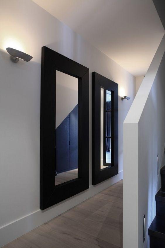 .witte muren, hoge witte plinten, muurtjes om de trappen heen en zwarte treden
