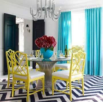 Bình hoa màu xanh hợp với rèm cửa. Thêm bộ ghế ăn màu vàng nổi bật sẽ giúp bạn có một cảm giác mới lạ...