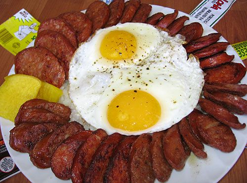 My kind of breakfast if I was back home in Hawaii...Portuguese sausage (linguica), eggs and steamed rice (it's there, buried under all that)...like the nice touch of daikon (pickled Japanese radishes) on the side...