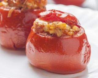 Tomates farcies revisitées au poulet : http://www.fourchette-et-bikini.fr/recettes/recettes-minceur/tomates-farcies-revisitees-au-poulet.html