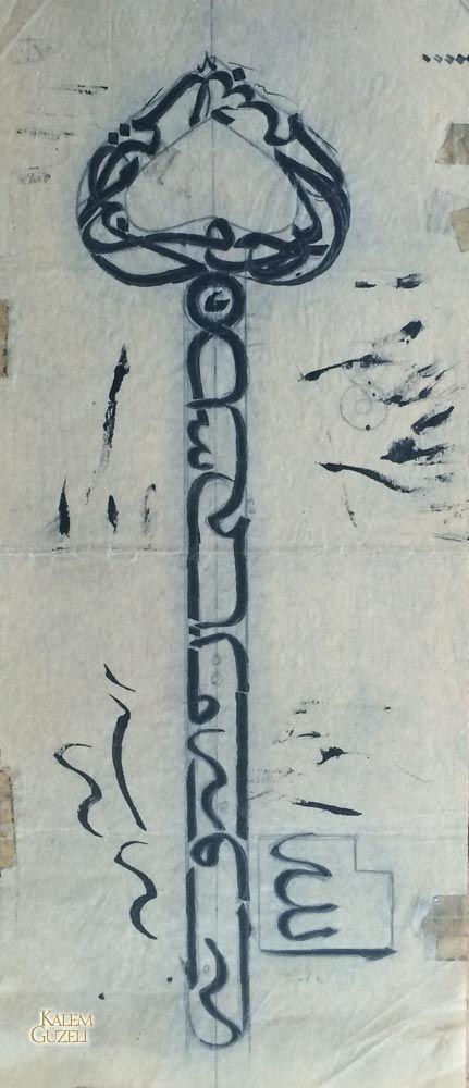"""© Yusuf Ergün - Anahtar şeklinde kompozisyonda Neml Sûresi, 30.ayet yazılıdır. """"(Mektup) Süleyman'dandır, rahmân ve rahîm olan Allah'ın adıyla (başlamakta)dır. (Neml Sûresi, 30.ayet)"""""""