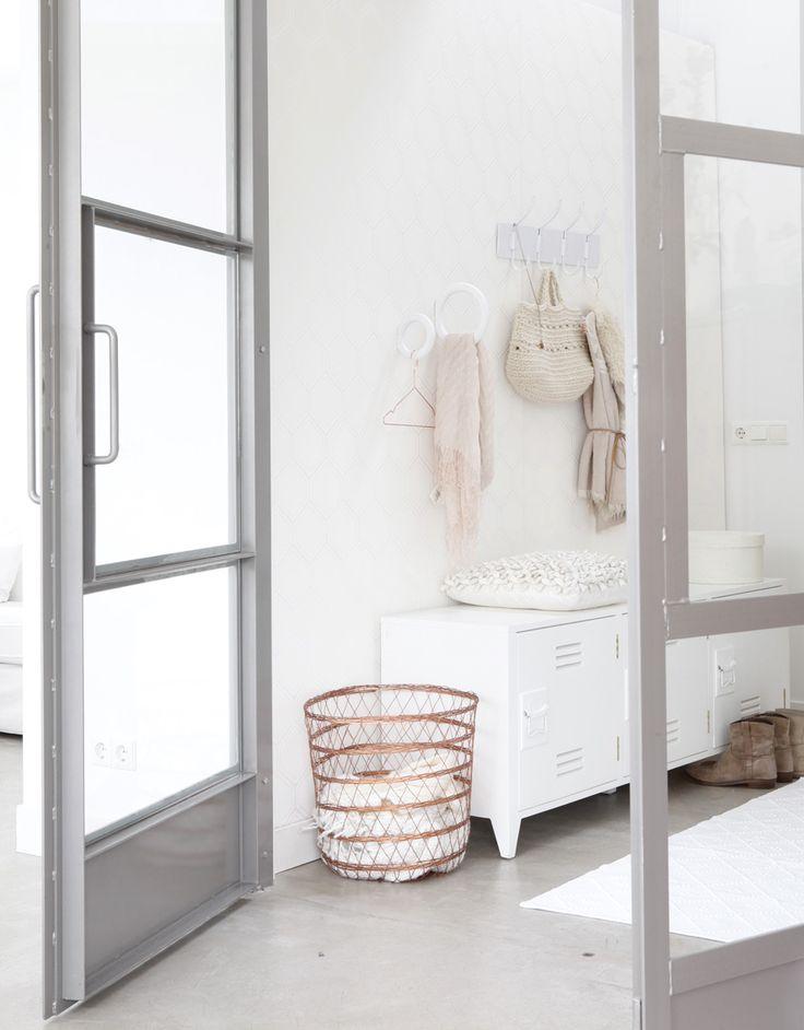 Wit interieur met koper en lichtroze