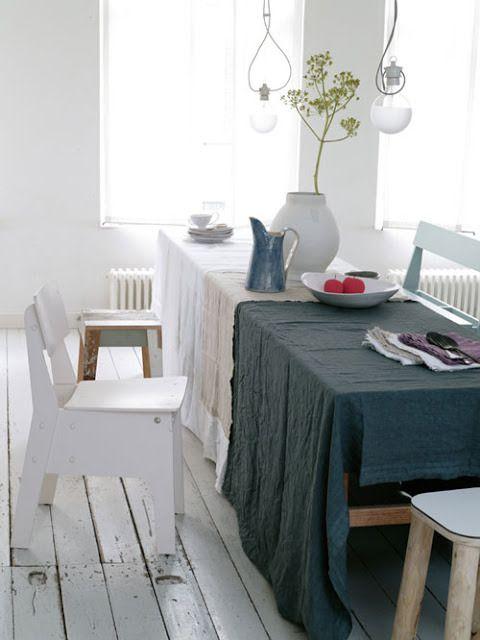 三色でさらりとかけたテーブル演出。白、ベージュ、ネイビーがおしゃれです。パーティシーンにいいですね。
