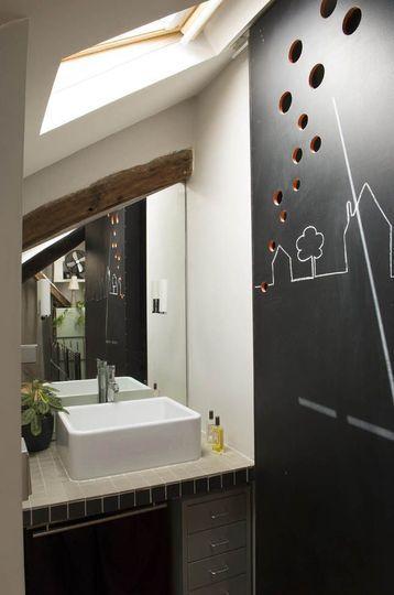 Camouflage ingénieux pour une salle de bains sous les toits - 25 belles salles de bains qui optimisent l'espace - CôtéMaison.fr