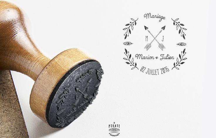 Tampon de Mariage Bohème, en bois, Composé de Flèches croisées, Plume et branches d'olivier. Personnaliséavec vos prénoms, initiales et la date du mariage