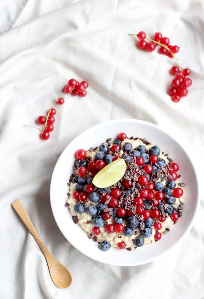 Limoen Havermout met Bessen is een heerlijk begin van je dag. Dit ontbijt recept geeft je veel energie met kokos, havermout, fruit en kurkuma.