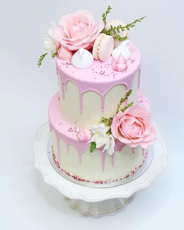 PRETTY CAKE ⠀⠀⠀⠀⠀⠀⠀⠀⠀ Bottom tier: layers of pistachio and strawberry cake…