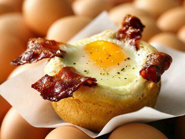 Panecillo con huevo y bacon