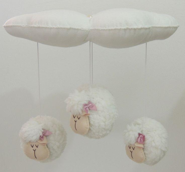 Lindo m�bile para ber�o em formato de nuvem com quatro ovelhinhas/carneirinhos. Detalhes em p�rolas. <br>A cor dos lacinhos das ovelhas/carneirinhos podem ser alterados, bem como a cor da nuvem.