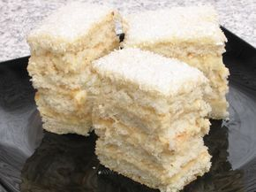 Prăjitura zăpeziise realizeazăprin alternarea mai multor straturi de foi cu cele de cremă iar deasupra se presară nucă de cocos.Este o prăjitură care, după aspect, ar putea fi asemănată cu nişte straturi de zăpadă, acesta fiind şi motivul denumirii Prăjitura zăpezii.