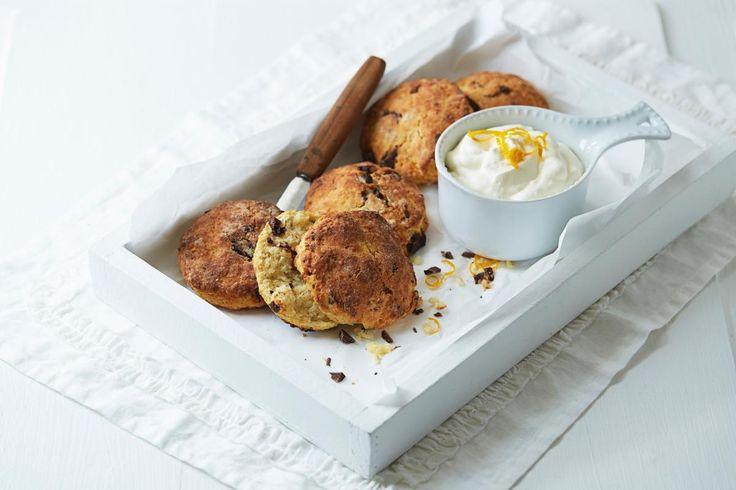 Saftige scones med sjokolade og appelsin er enkelt og raskt å lage. Server med litt pisket krem, kjempegodt!
