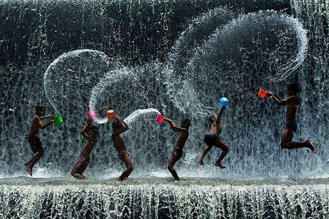 Resultado de imagem para Quando a tempestade cai, uns se trancam em casa, outros saem pra dançar na chuva. E você ai? O que você faz?