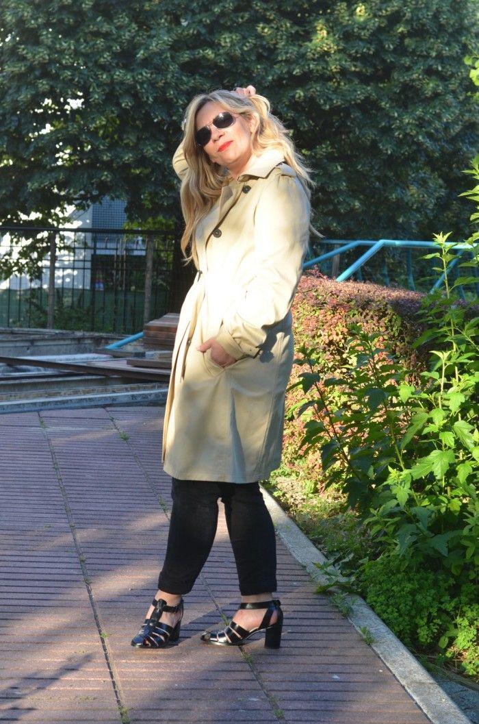 Tenue 100% Parisienne pour la jolie Caroline du blog Pensées By Caro, avec le #trench #beige #pur #coton Solong, l'indémodable marinière et le jean slim noir !
