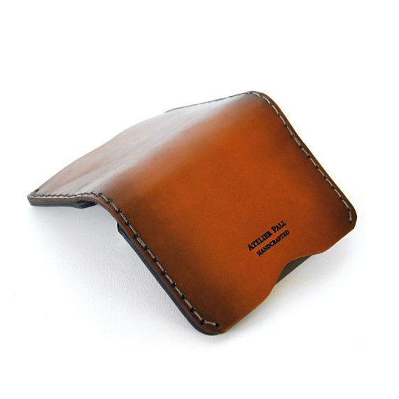 Schlanke Fold Geldbörse entworfen und Handarbeit von der ursprünglichen AtelierPALL-Leder-Studio. Die minimale Brieftasche erfolgt aus hochwertigen Materialien in limitierter Auflage zu bestellen. Bitte erwarten Sie einige Farbvariationen und Leder Besonderheiten, ein gemeinsames Merkmal der authentischen handgemachte lederne Mappen.  • schlanke Falten Brieftasche mit 6 Fächern für Karten/cash • kompatibel mit USD und Euro Währung • hoher Kapazität bis zu 8-10 Kreditkarten • handgemalte…