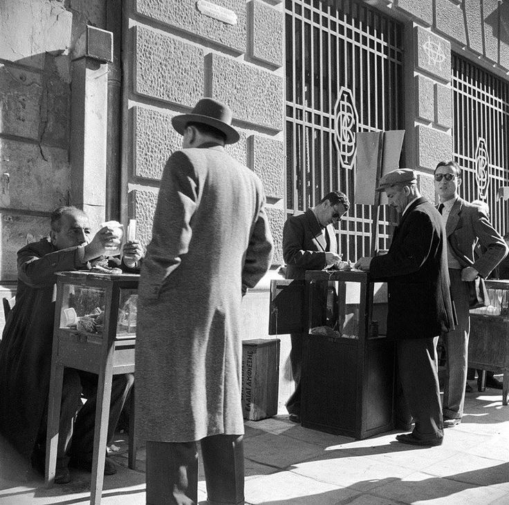 Αθήνα 1947 υπαιθριοι ενεχυροδανειστες φωτ.Evans