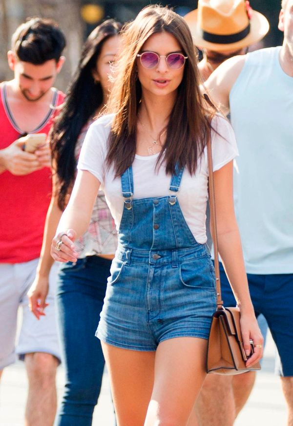 emily ratajkowski usa jardineira jeans em festival