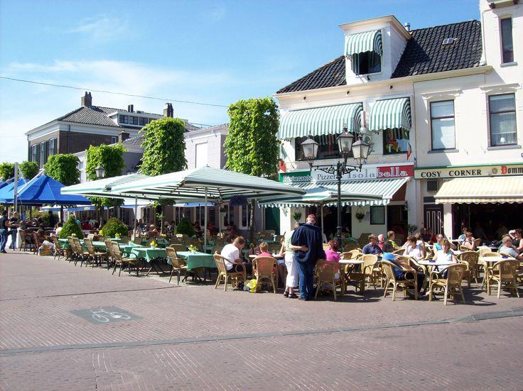 Assen, vooral erg bekend van de motorraces, is de hoofdstad van de provincie Drenthe. Deze bruisende stad is de ideale bestemming voor jong en oud. Wandel samen door het oude stadcentrum van Assen en bewonder de oude herenhuizen die u hier veel tegenkomt. In het stadcentrum van Assen komt u veel gezellige eet- en drinkgelegenheden tegen waar u terecht kan voor een heerlijke lunch, kopje koffie of uitgebreid diner. http://www.heerlijkehuisjes.nl/nl/vakantiehuizen-drenthe