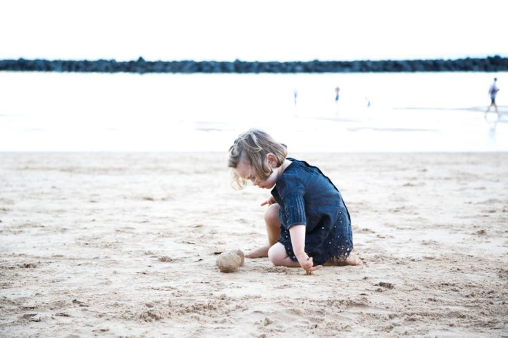 jugando en la playa playing in the sand