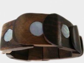 Fairtrade armbanden van hout met schelp of bijvoorbeeld van hars. Om plaats te maken voor de nieuwe collectie bieden we ze nu aan voor €2,50! Op=op