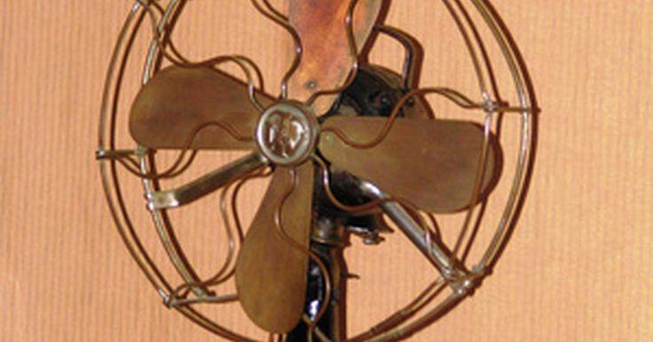 """Deve-se passar graxa em escovas de motores elétricos?. Um motor elétrico é, essencialmente, um fio enrolado em uma bobina dentro de um campo magnético. Em certos tipos de motor, escovas de carbono conduzem energia para a bobina através do contato com um comutador, que """"comuta"""" (envia) a energia de volta para a bobina."""