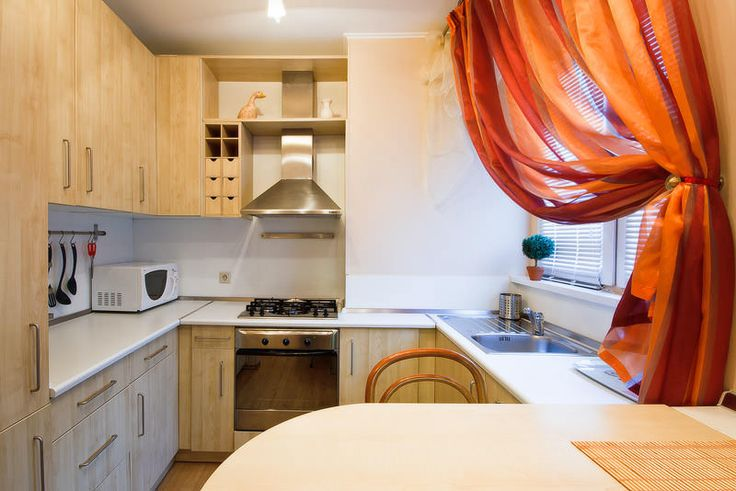 В маленькой кухне можно задействовать подоконник для создания части рабочей или обеденной зоны