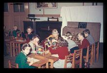 Komgronden, 1955 Beschrijving: De kleuterschool, Gasthuisstraat 32 in Tiel. De kleuterruimte is voor een deel bezet met meubilair, dat nodig is voor vergaderingen. Gedeeltelijk is het afgedekt met een laken. 21-2-1955 Foto's (Gelders Archief)