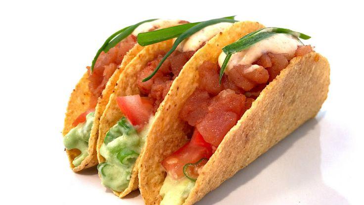 Zin in een heerlijk recept? Deze pittige tonijn taco's moet je echt proeven! Kruiden van Flavor God erover en het is af!