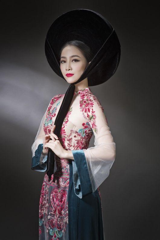 Linh Nga mặc áo dài xuyên thấu
