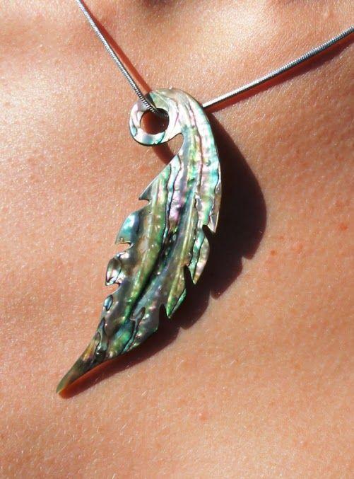 Bijou pendentif plume en coquillage paua de Nouvelle,Zélande