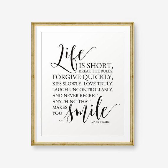 La vita è breve, infrangi le regole. Perdona rapidamente, bacia LENTAMENTE. Amare veramente. Ridere in maniera incontrollata. E mai rimpianto di QUALCOSA che ti fa sorridere. -Mark Twain
