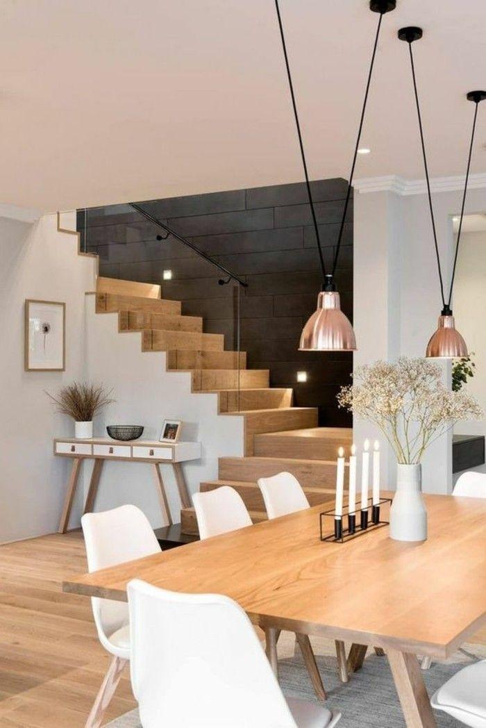 meubles de salle à manger, escalier bois et blanc, lampes pendantes et chaises blanches autour d'une grade table en bois