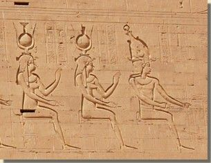 De godin Isis, Horustempel, Edfoe. Volgens de Heliopolitaanse scheppingsmythe is Isis de dochter van de aardgod Geb. Haar moeder was de hemelgodin Noet. Isis is de zuster én echtgenote van de god van het dodenrijk Osiris; dit komt voor ons raar over maar voor de oude Egyptenaren was dit een volstrekt normaal gebeuren. Talloze voorstellingen zijn er van Isis te vinden, op wanden van tempels, graven maar ook op sarcofagen en mummiekisten. Lees het volledige artikel op Kemet.nl