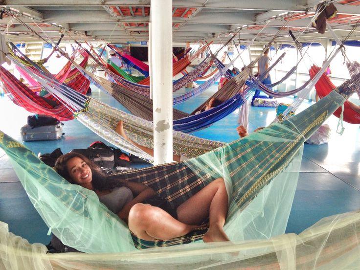 Camila recostada en una hamaca, con más hamacas de fondo