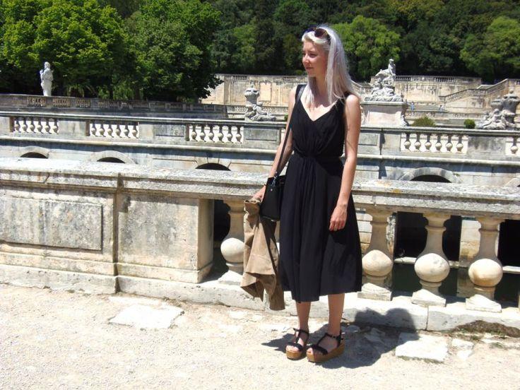 La robe noire plissée trouvée chez & Other Stories  https://bleu-de-minuit.com/2016/06/13/plisse-sil-vous-plait/