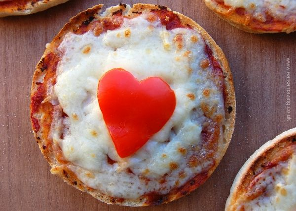 English muffin pizza recipe for kids from Eats Amazing UK - with free printable recipe sheet to download