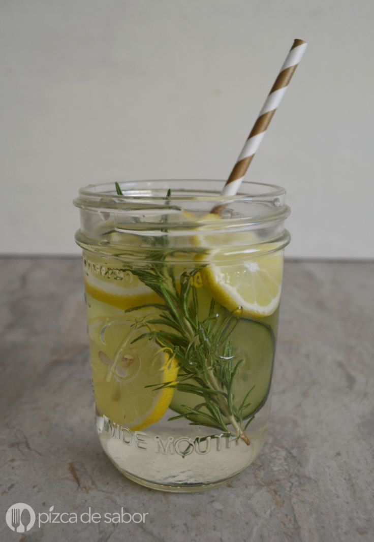 Una manera de darle sabor natural y sin azúcar al agua. Esta agua con romero con pepino y limón es muy refrescante y deliciosa.