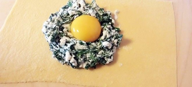 Raviolo al tuorlo fondente, ripieno di ricotta e spinaci, con burro al tartufo