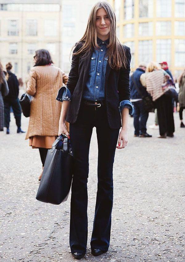 Look de trabalho com calça flare, camisa jeans e sobrpeosição