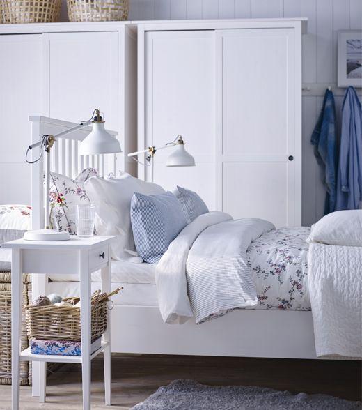 Här visas HEMNES vit säng och vitt sängbord