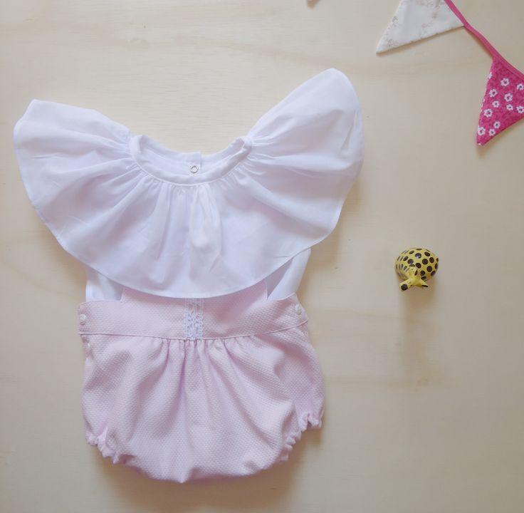 #Macacão; #tapa fralda; #bebê menina; sugestão de presente; conjunto macacão mais camisa; #babado; body; romper; #ruffle romper baby; #bebê menina; #retro; #delicado; #ensaio vintage; #ensaio retro. Disponível em: www.enjoei.com.br/donagilda @Dona Gilda