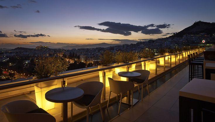 Ο Τάσος Μητσελής καταγράφει τις εντυπώσεις του από το φημισμένο μπαρ Galaxy, στον 13o όροφο του Hilton Athens.