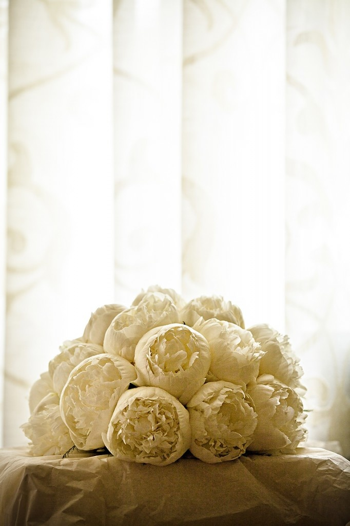 caprichia.com Weddings & Occasions in Marbella: White peonies compact wedding bouquet. Photography by Anna Gazda.Wedding Planning by caprichia.com. Flowers by L&N Floral Design