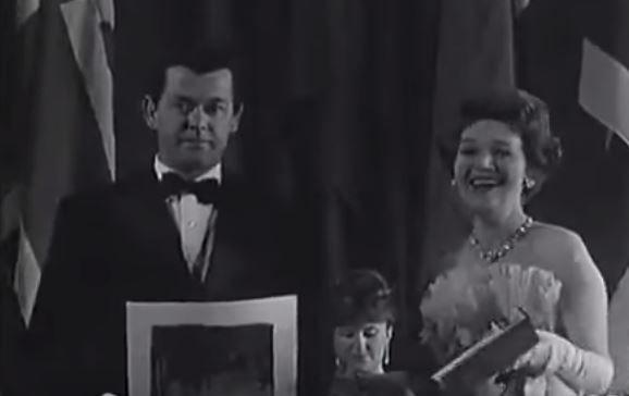 """ANSELMO DUARTE RECEBENDO O """"PALMA DE OURO"""",  PRÊMIO MÁXIMO DO FESTIVAL DE CANNES, PELO FILME """"O PAGADOR DE PROMESSAS""""   1964"""