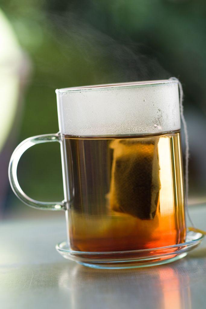 Tips de belleza caseros Combate las ojeras con té y sal: Haz una infusión de té y échale un poco de sal. Cuando se enfríe, por sobre los párpados un algodón empepado en la disolución.