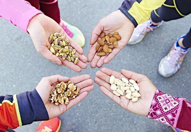 KUNTO PLUS kertoo, miten syöt terveellisesti, saat enemmän proteiinia ja omega-3-rasvahappoja. Terveellinen ravinto on täyttävää ja kevyempää kuin tyhjät kalorit, mikä ajan mittaan näkyy myös vyötäröllä.