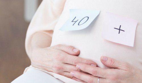 """Cada vez son las mujeres que deciden ser madre a los 40, e incluso después. A diferencia de lo que ocurría en las generaciones anteriores, no está """"tan mal visto"""" que prefiera su carrera o su trabajo antes que la maternidad. En este artículo te contamos cuáles son las ventajas y los riesgos de un …"""