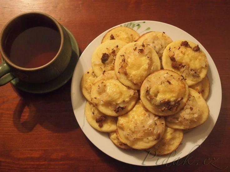 POTŘEBNÉ PŘÍSADY:  Těsto na bramborové koláčky: 80 dkg vařených brambor ve slupce 24 dkg hrubé mouky 10 dkg krupice 2 vejce 1-2 lžičky soli Náplň: 50 dkg kysaného zelí 10 dkg škvarků sádlo 2 cibule česnek podle chuti ( já měla 5 stroužků ) sůl,pepř  POSTUP PŘÍPRAVY:  Zelí vymačkáme a posekáme.