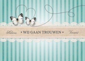 Trouwkaart met vintage achtergrond van groene strepen. Twee witte vlinders cirkelen vrolijk rond. Tekst op kanten strook.