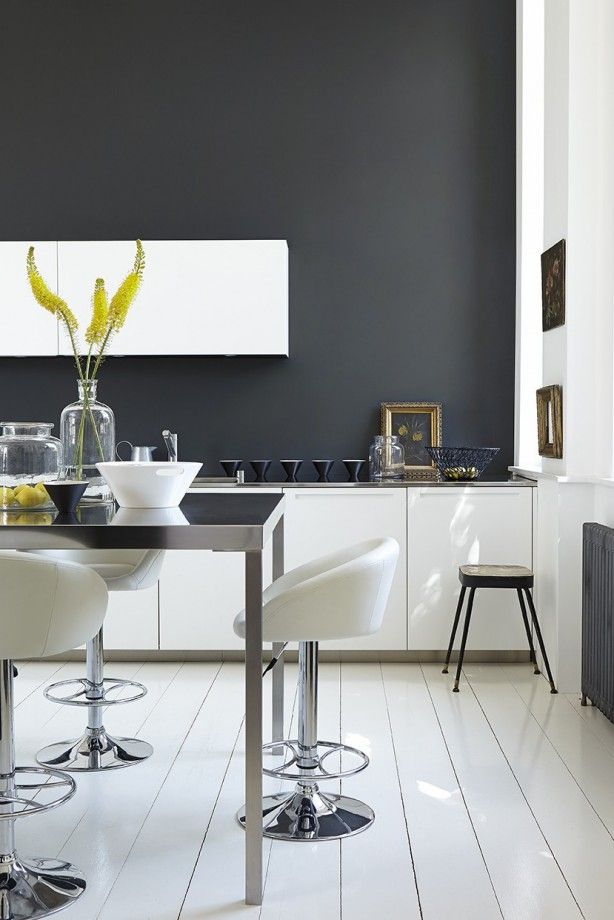 Op deze keukenvloer en -muren verf van Little Greene: Lamp Black 228, Loft White 222 & Shallows 223